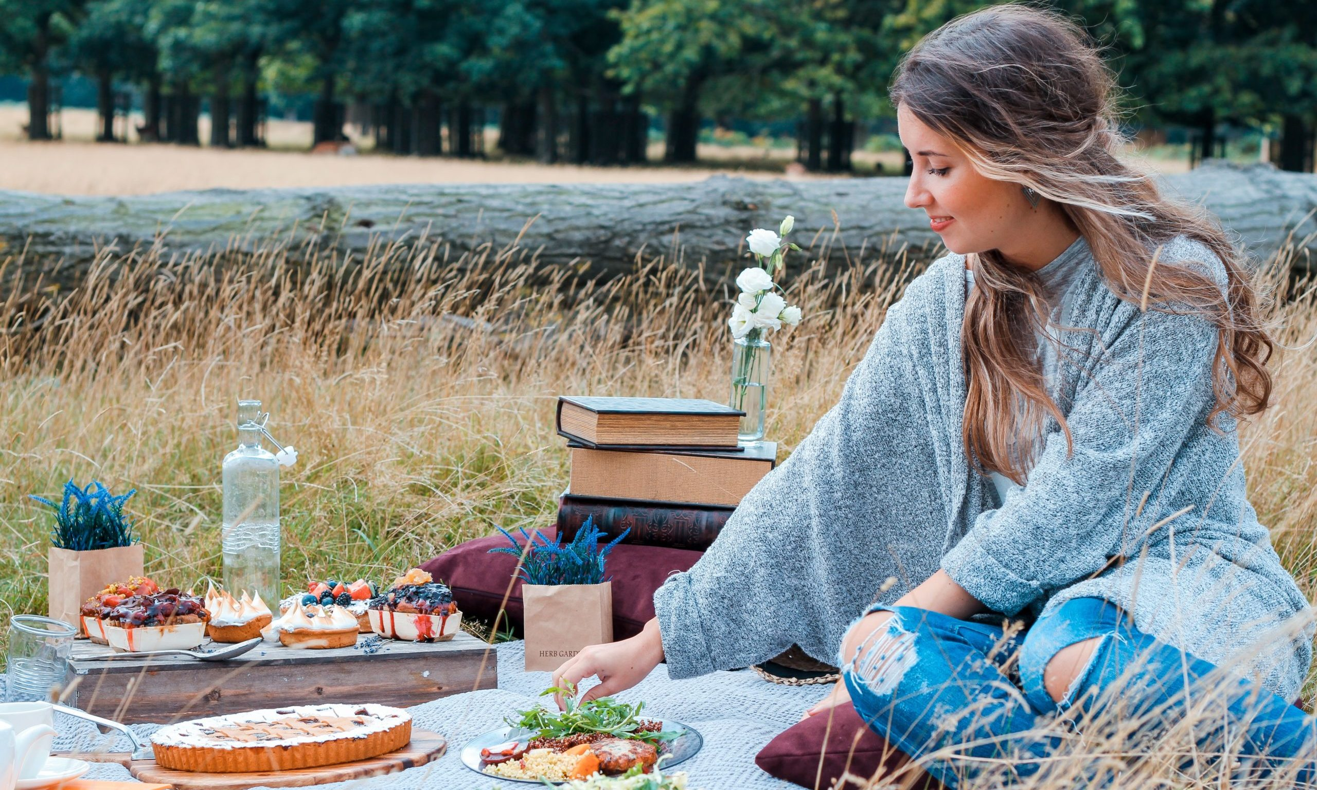 Nutira sin lactosa: chica comiendo durante picnic