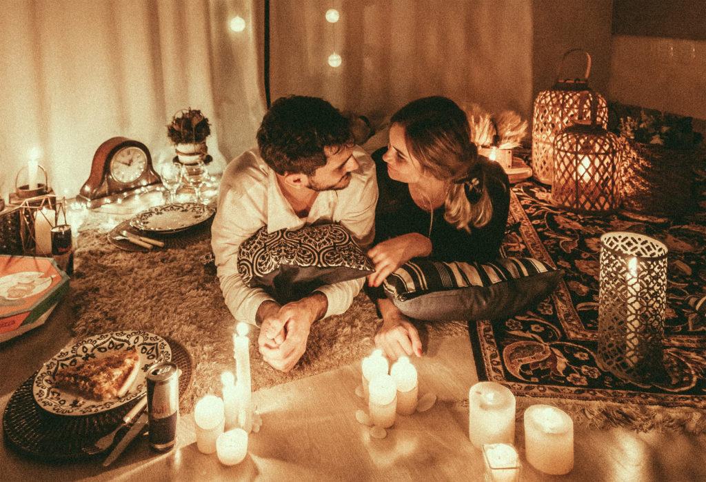 Pareja celebrando una cena romántica en casa
